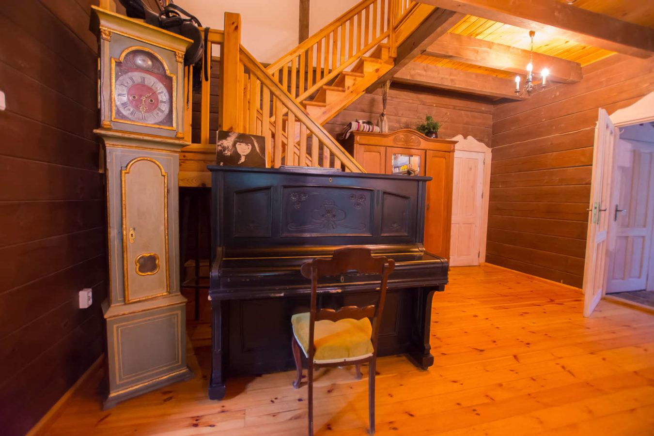 pianino w ogólnodostępnej części kolonii mazurskiej